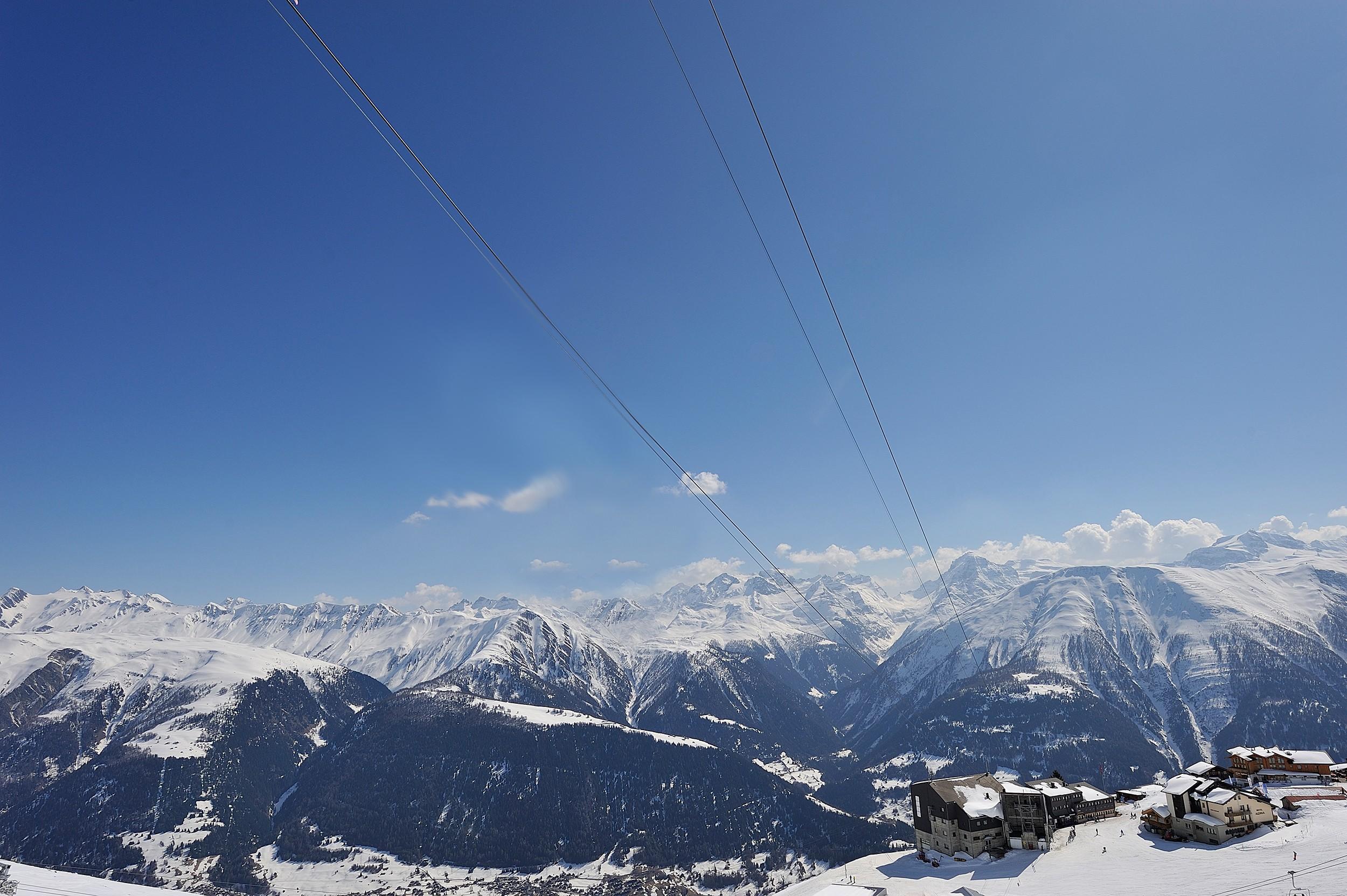 Besneeuwde bergen in een ski resort